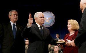 Robert Gates jura su cargo como secretario de Defensa en sustitución de Donald Rumsfeld