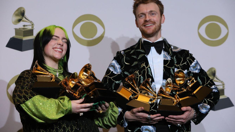 Foto: Billie Eilish and Finneas O'Connell posan con todos sus premios (Reuters)