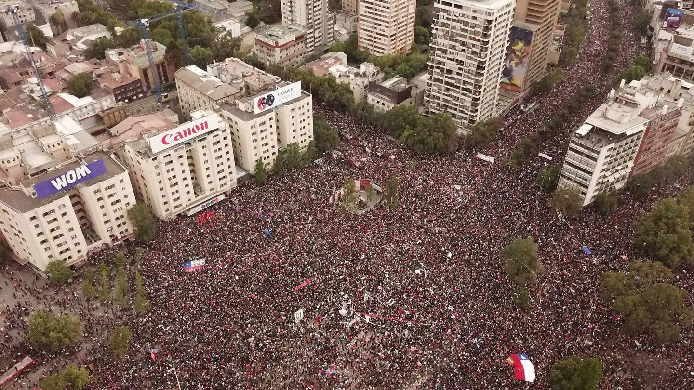 Fotografía aérea que muestra a miles de manifestantes reunidos este viernes en la Plaza Italia, en Santiago. (EFE)