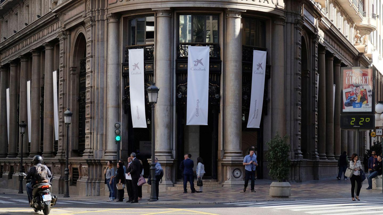 El antiguo edificio del Banco de Valencia, engalanado con la cartelería de CaixaBank. (Reuters)