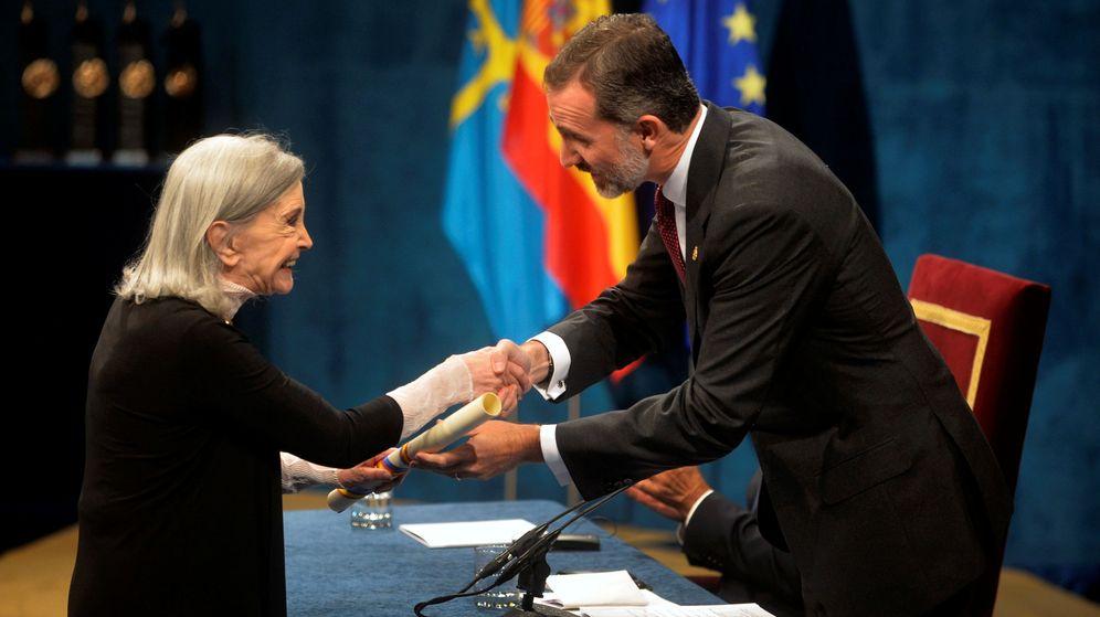 Foto: El rey Felipe VI entrega el galardón a la actriz Núria Espert. (Reuters)