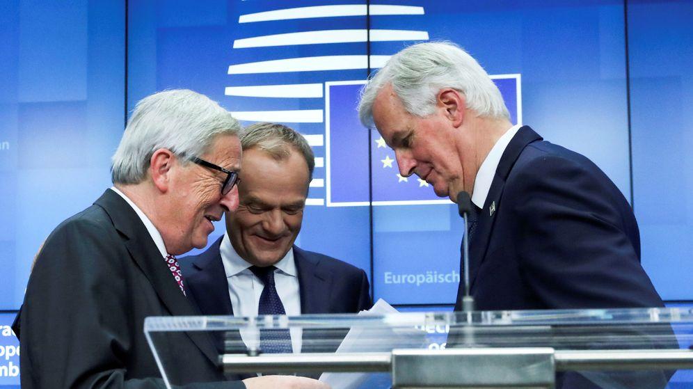 Foto: Los presidentes Jean-Claude Juncker, de la Comisión, y Donald Tusk, del Consejo, charlan con Michel Barnier tras una rueda de prensa. (Reuters)
