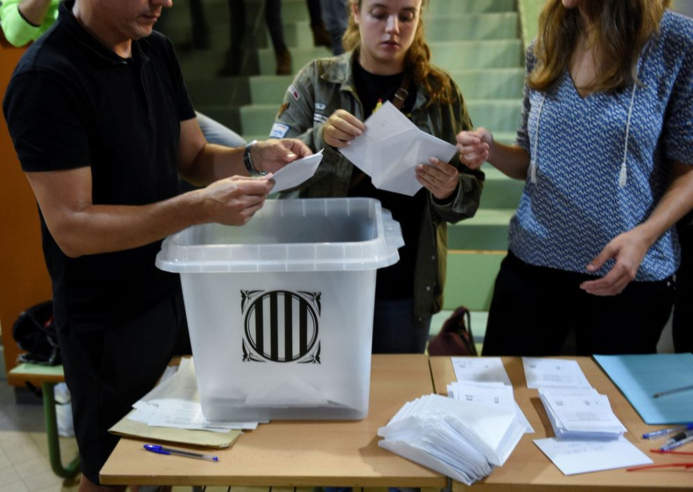 Foto: Recuento de papeletas en un colegio electoral en Barcelona, el pasado 1 de octubre. (Reuters)
