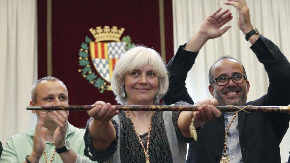 Foto: Dolors Sabater, de Guanyem Badalona en Comúú (CUP y Podemos), posa con el bastón de mando tras ser investida alcaldesa de Badalona. (Efe)