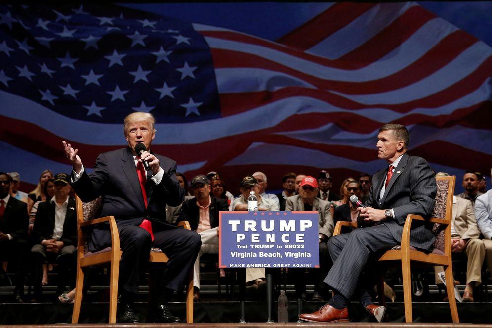 Foto: Trump junto al general Michael Flynn durante un mitin de campaña en Virginia, el 6 de septiembre de 2016 (Reuters).