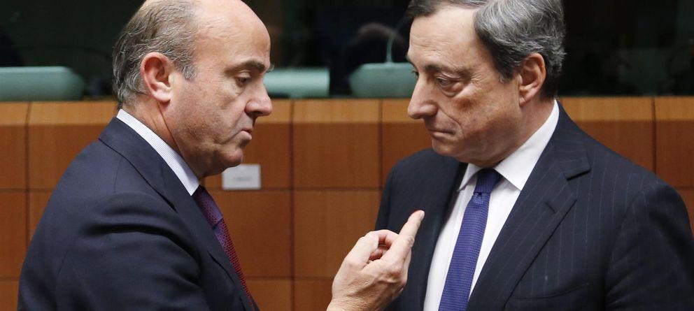 Foto: El ministro español de Economía, Luis de Guindos, y el presidente del BCE, Mario Drahi. (REUTERS)