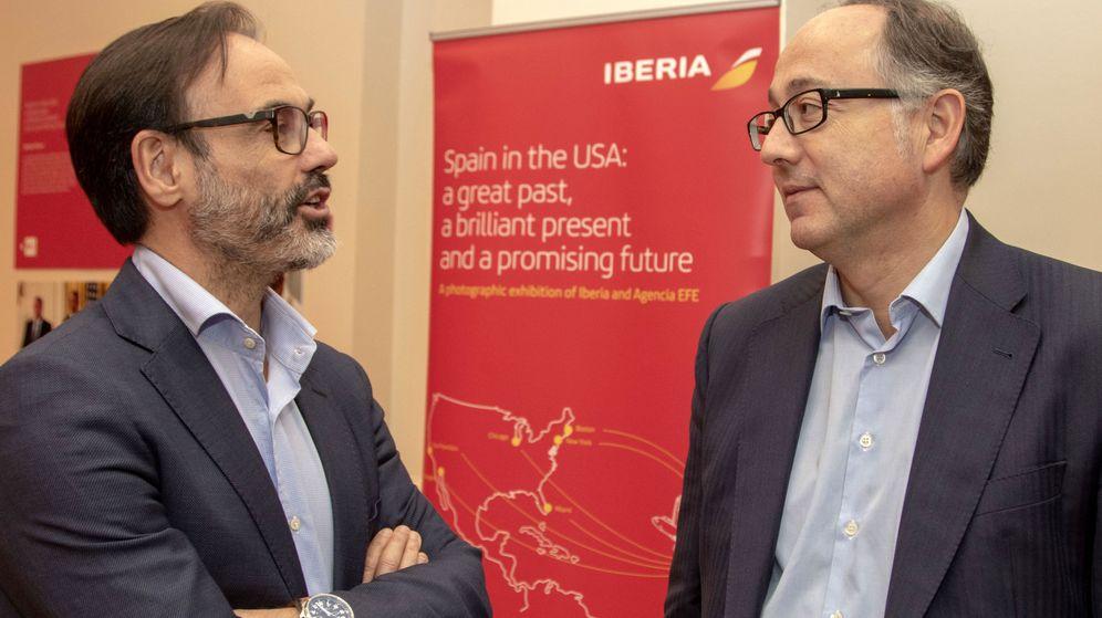 Foto: Los presidentes de la Agencia EFE, Fernando Garea (i), y de Iberia, Luis Gallego (d), conversan en la inauguración de la exposición fotográfica. (EFE)