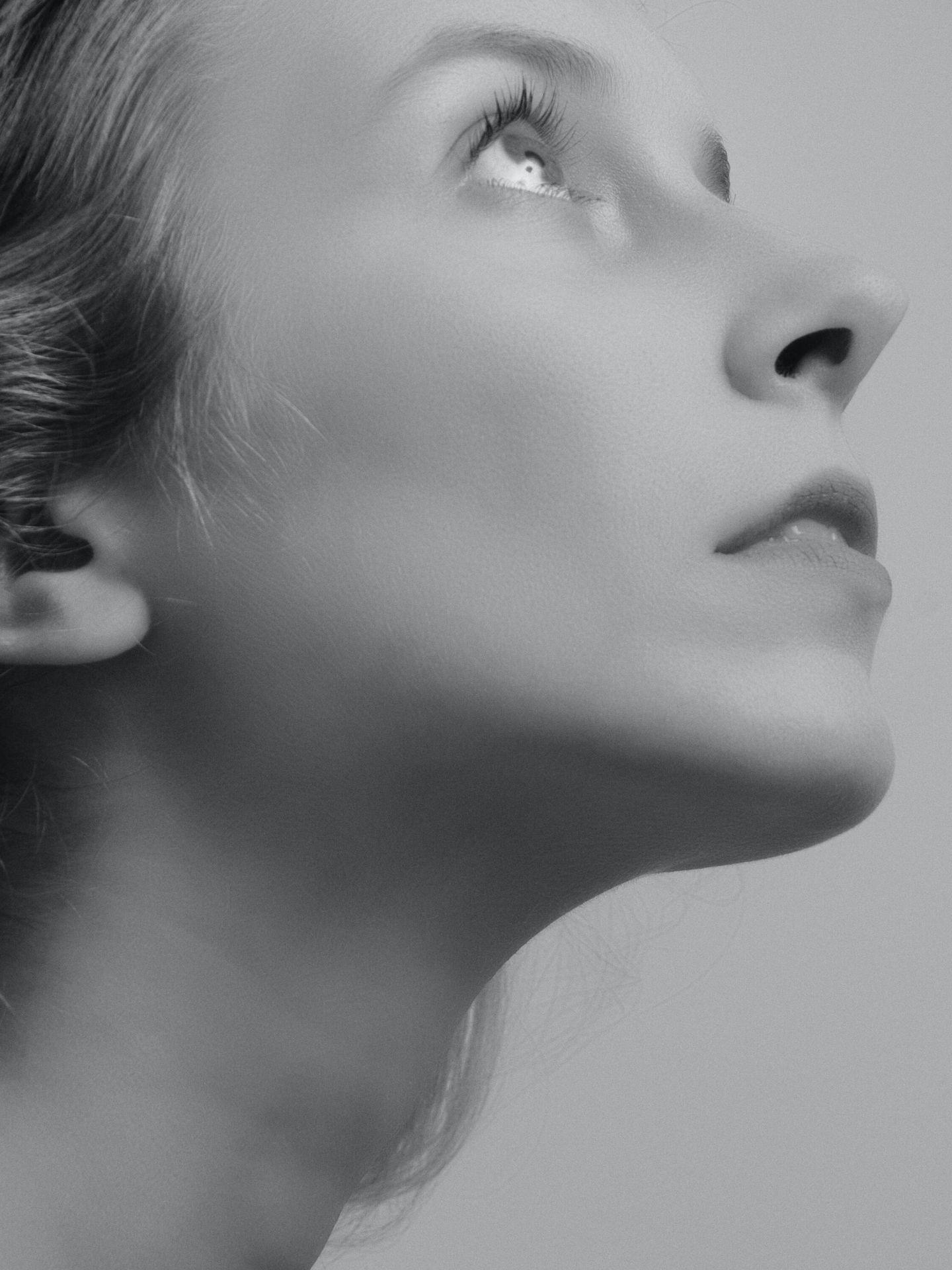 Ahora la limpieza facial se produce con más cuidado, más regularidad y con referencias suaves. (Alexander Krivitskiy para Unsplash)