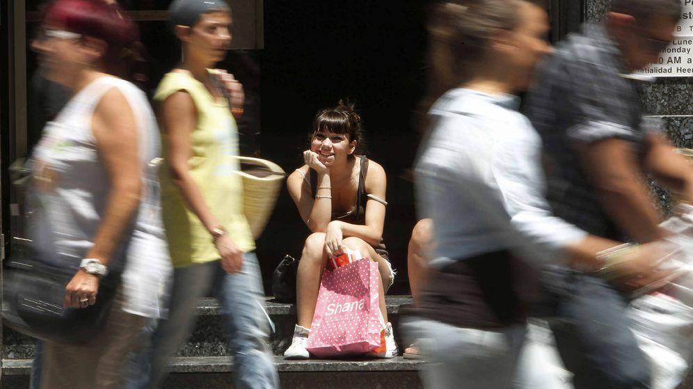 Foto: Una chica descansa de sus compras en Barcelona. (EFE)