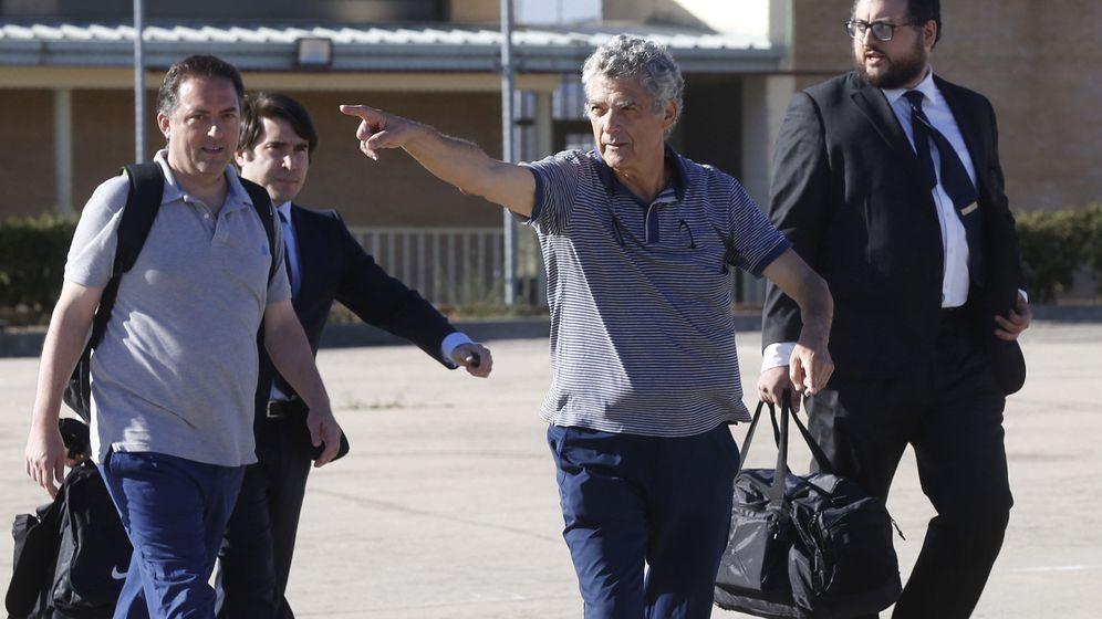 Foto: Villar y su hijo Gorka, a la salida de la prisión de Soto del Real. (EFE)
