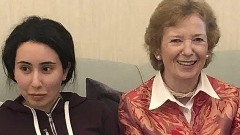 La princesa Latifa con la ex presidenta de Irlanda, Mary Robinson, en una foto distribuida, el 25 de diciembre, por el Ministerio de Asuntos Exteriores de los Emiratos Árabes Unidos.