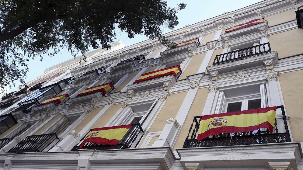 Foto: Algunas banderas de España lucen en balcones de la calle Almagro de Madrid. (EFE)