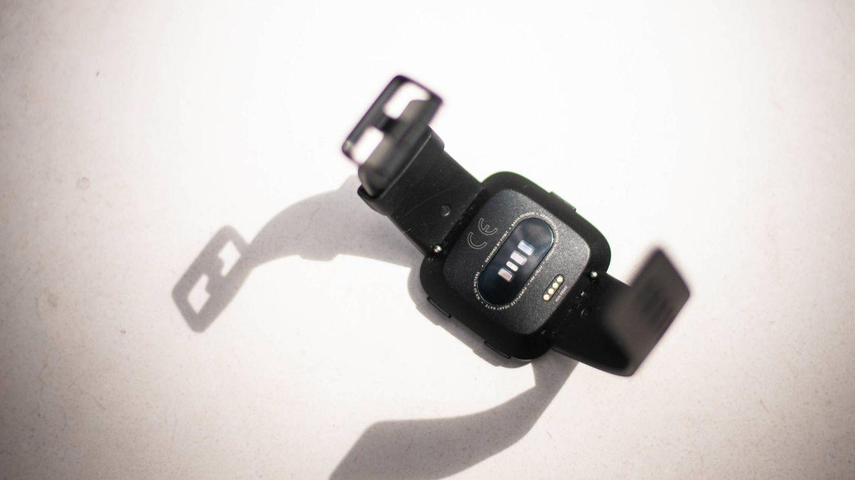 Parte trasera de la Fitbit Versa. (C. Castellón)