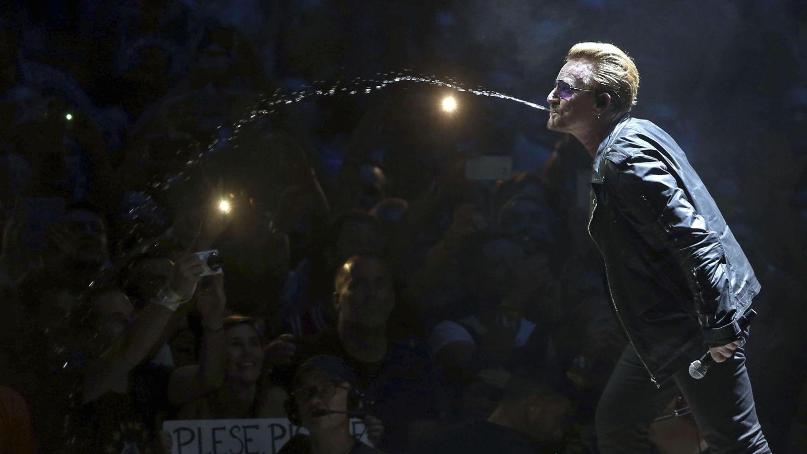 Foto: Bono, de U2, durante su concierto en Barcelona en octubre de 2015 (EFE/Toni Albil)