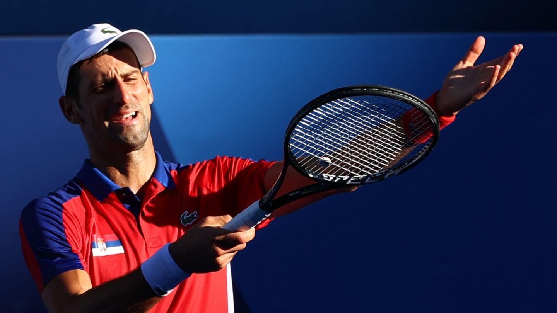 Djokovic se queja por el sol durante el partido. (Reuters)