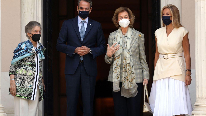 Sofía e Irene de Grecia, hace unos meses con el primer ministro griego, Kyriakos Mitsotakis, y su mujer Mareva Grabowski.