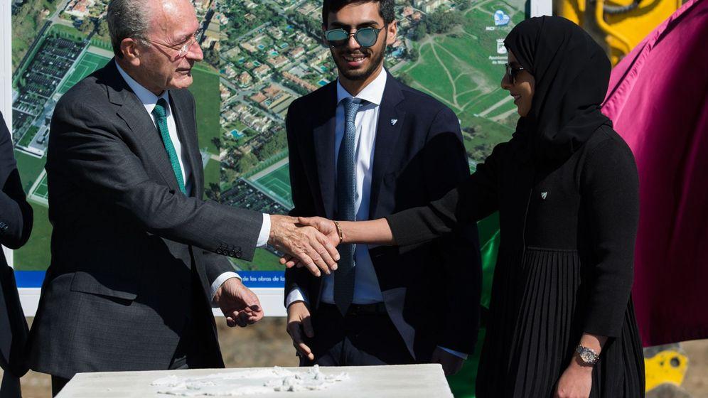Foto: Francisco de la Torre (i) saluda a la presidenta del Málaga Femenino y CEO de la 'Academia', Hamyan Al-Thani (d). (EFE)