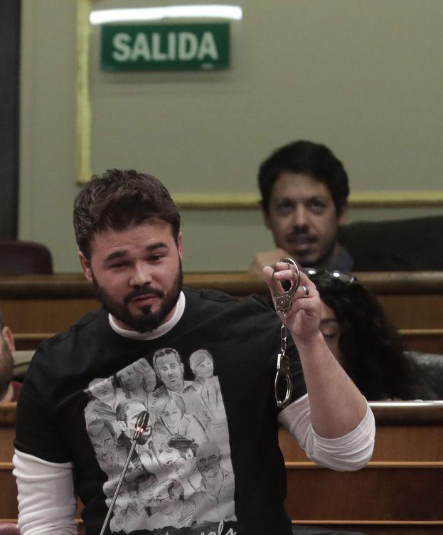 Foto: Gabriel Rufián, con unas esposas, en el Congreso. (EFE)