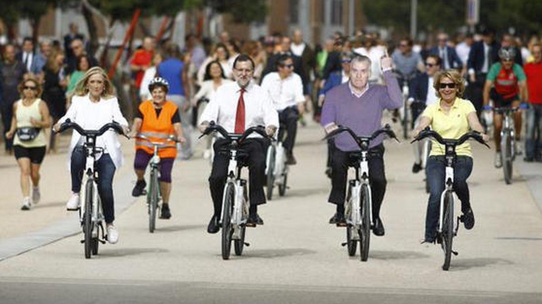 Los mejores memes del paseo en bicicleta de Cifuentes, Aguirre y Rajoy