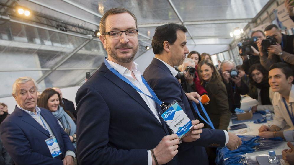 Foto: El vicesecretario de Sectorial del Partido Popular, Javier Maroto, tras retirar su credencial para el XVIII Congreso Nacional de PP. (EFE)
