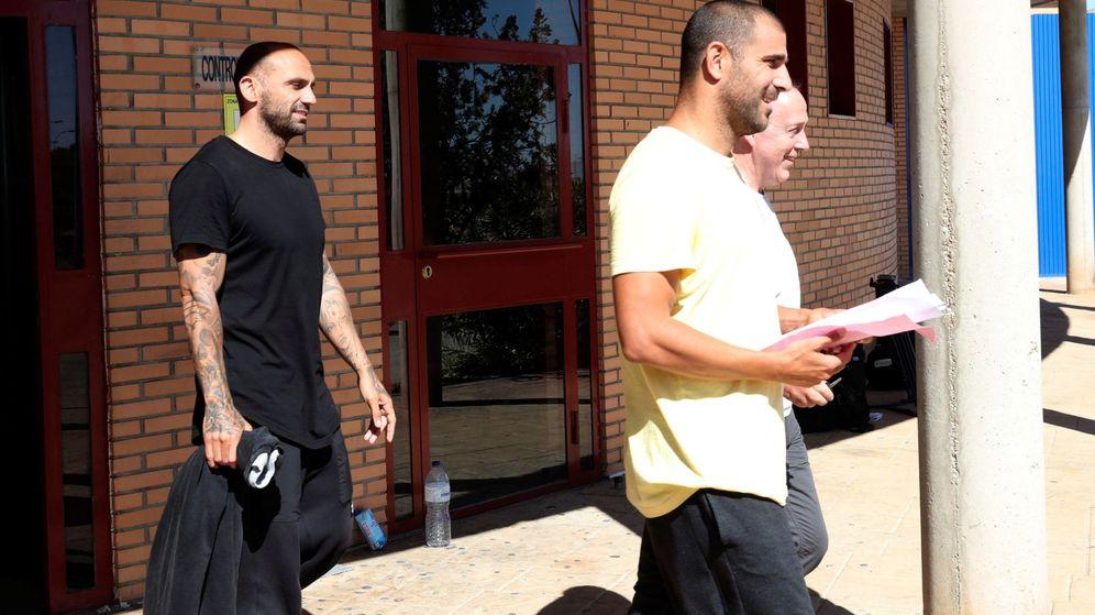 Foto: Carlos Aranda y Raúl Bravo, en el momento de abandonar la prisión de Zuera. (EFE)