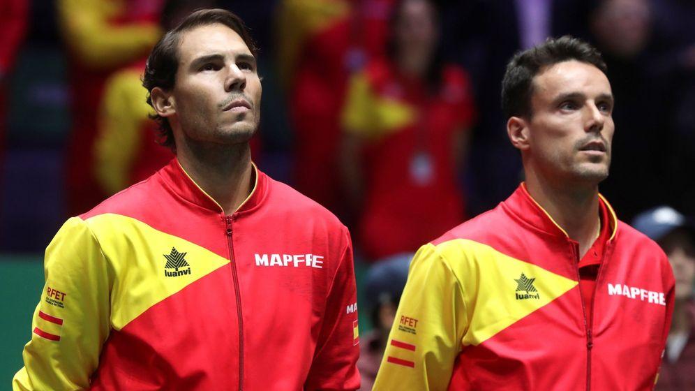 Foto: Rafa Nadal y Roberto Bautista, antes del inicio de la final de la Davis contra Canadá. (EFE)