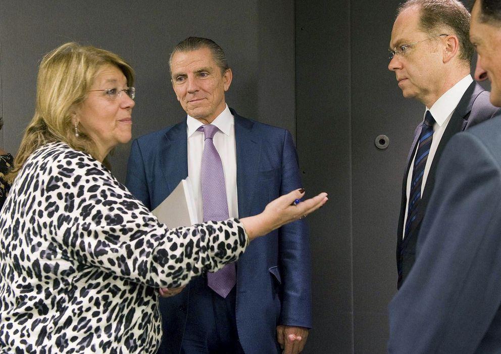 Foto: Elvira Rodríguez con Manuel Conthe con motivo de la reunión de la Comisión de Expertos. (Efe)