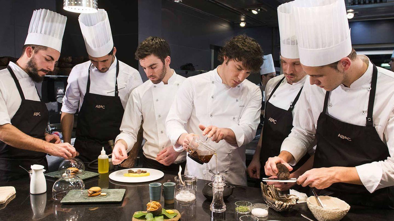 El famoso chef Jordi Cruz trabaja con su equipo entre fogones.