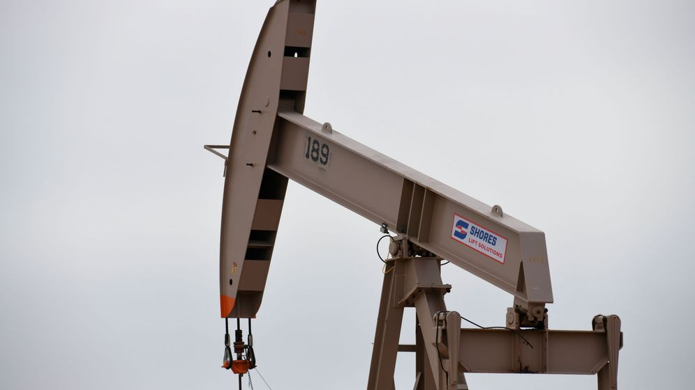 Foto: File photo: a pump jack operates in the permian basin oil and natural gas production area near odessa
