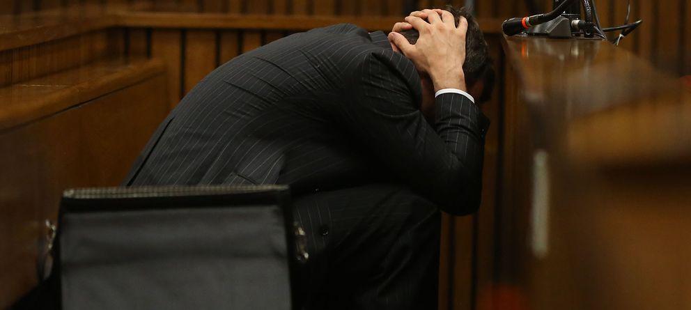 Foto: Oscar Pistorius durante la declaración del médico forense en el juicio celebrado este lunes (I.C.)