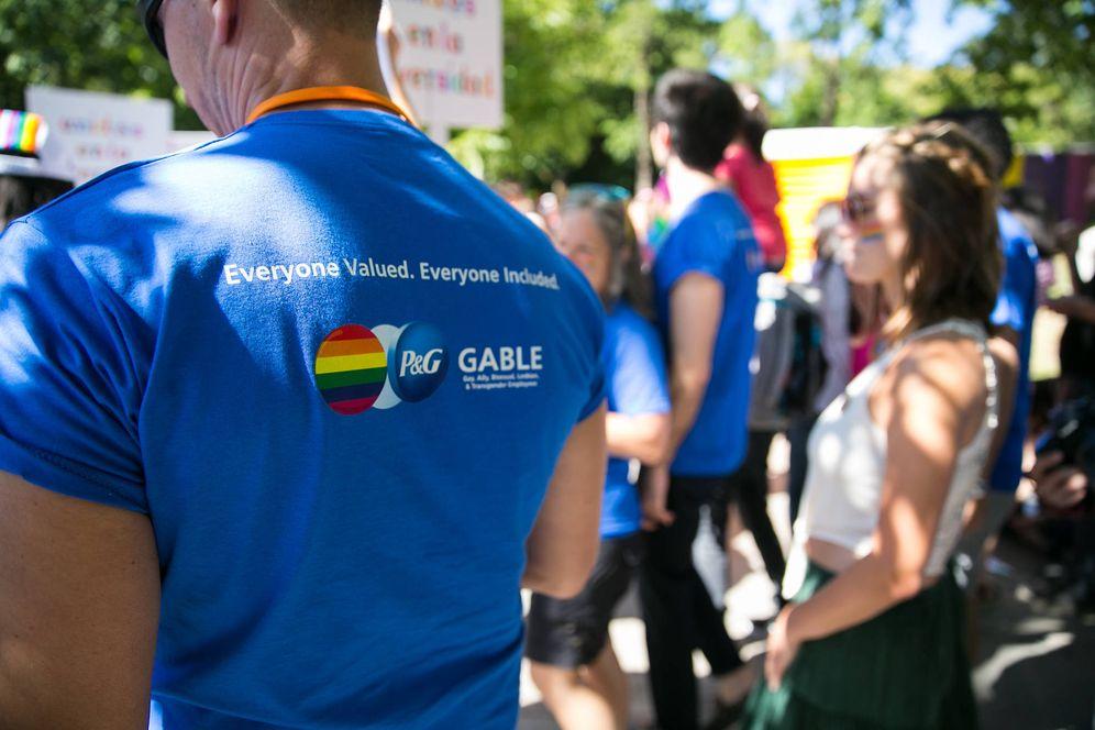 Foto: Los empleados de P&G en la marcha del Orgullo Gay.