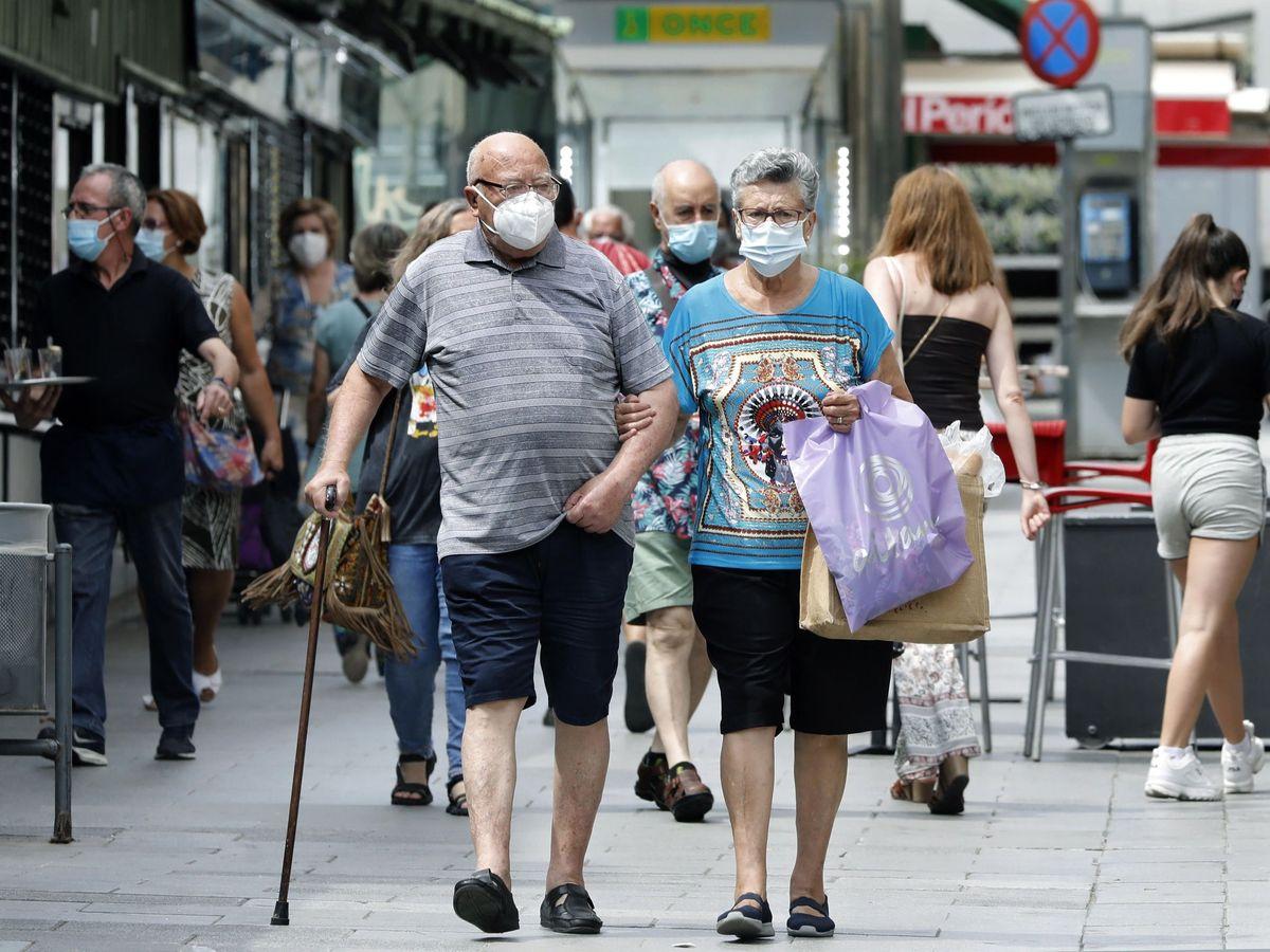 Foto: Una pareja pasea en L'Hospitalet, una de las zonas con más casos activos de covid-19 en Cataluña. (EFE)