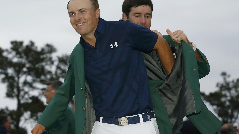 Foto: Spieth se enfunda la chaqueta verde con la ayuda de Bubba Watson, ganador el año pasado (Reuters)