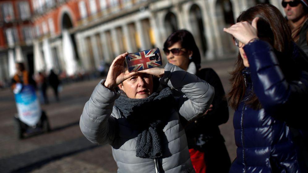 Foto: Un turista hace una foto en la Plaza Mayor. (Reuters)