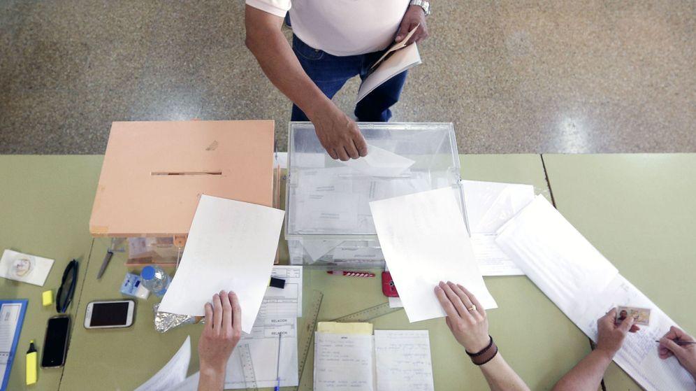 Foto: Un hombre deposita su voto en la urna de los diputados esta mañana en un colegio electoral. (Efe)