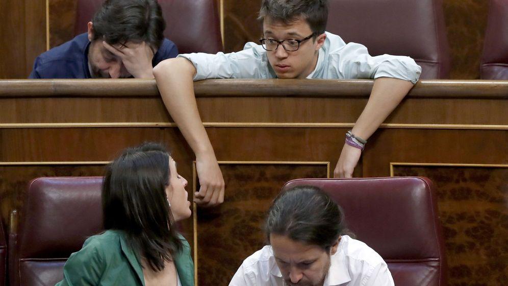 Foto: Los diputados de Unidos Podemos, el líder Pablo Iglesias (d), Irene Montero; Íñigo Errejón (d-arriba) y Rafael Mayoral (i), al inicio del pleno del Congreso. (EFE)