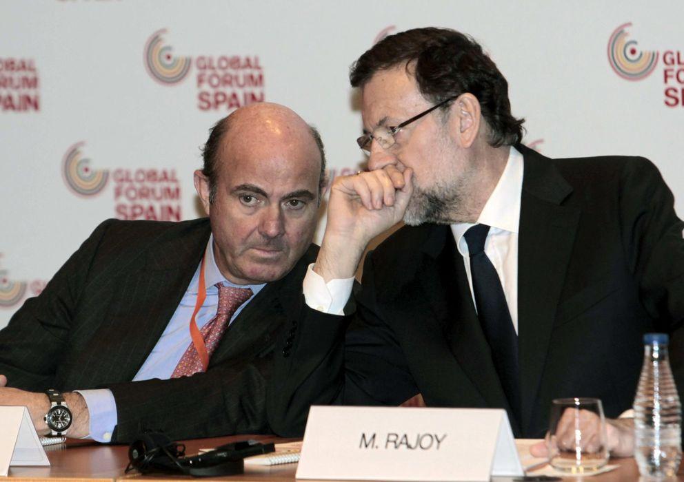 Foto: El presidente del Gobierno, Mariano Rajoy (d), con  el ministro de Economía, Luis de Guindos (i). (EFE)