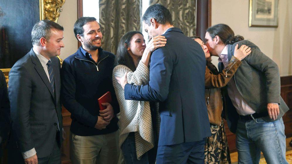 Foto: Pedro Sánchez saluda a la dirigente de Podemos Irene Montero, tras la firma del preacuerdo para el Gobierno de coalición, mientras Pablo Iglesias besa a Adriana Lastra, en presencia de Alberto Garzón. (EFE)