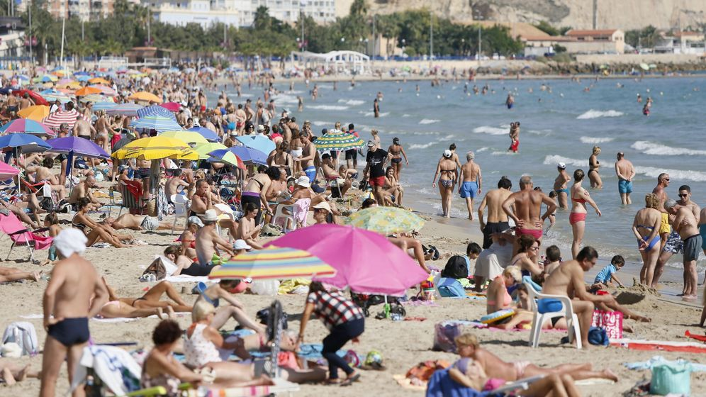 Foto: Turistas disfrutando del sol, las playas y las altas temperaturas en el levante español. (EFE)