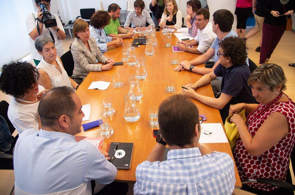 Foto: Reunión de los representantes de PSN, Geroa Bai, Podemos e I-E este martes en el Parlamento de Navarra. (EFE)
