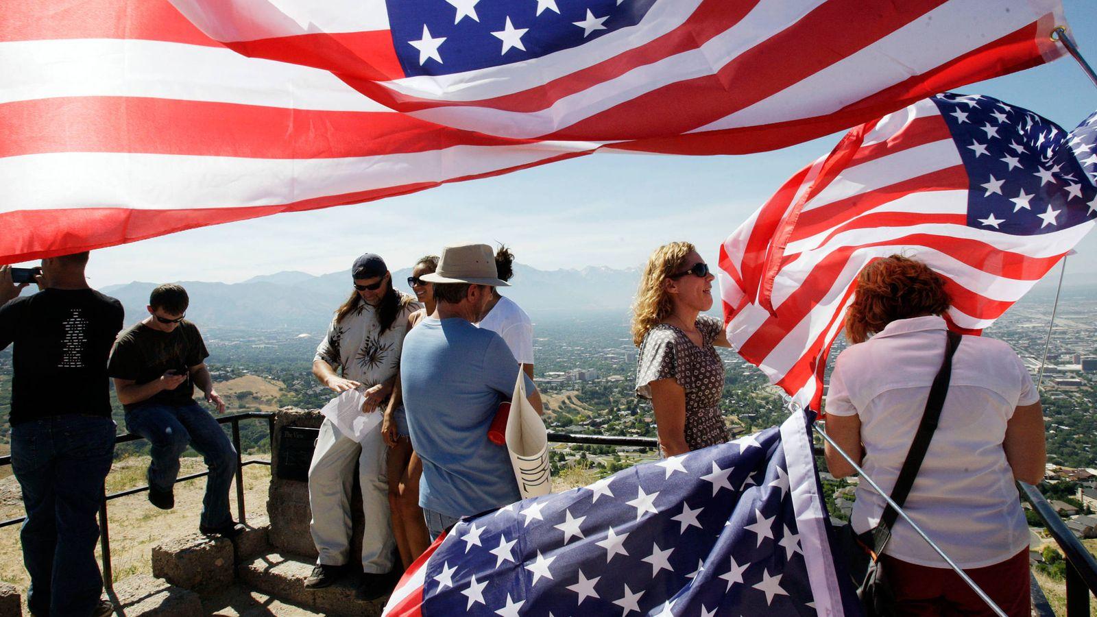 Foto: Mormones observan el Valle de Salt Lake, Utah, durante una ceremonia de repudio a su iglesia por aceptar el matrimonio homosexual, en junio de 2012 (Reuters)