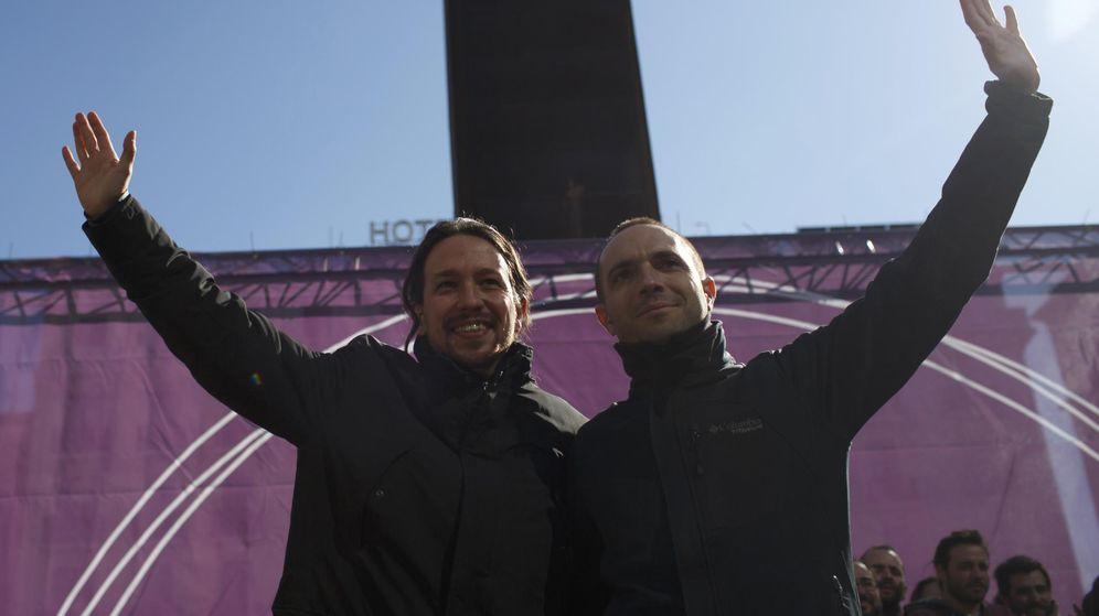 Foto: Pablo Iglesias apoya al secretario general autonómico, Luis Alegre, durante un acto de la campaña de primarias, en febrero del pasado año. (Reuters)