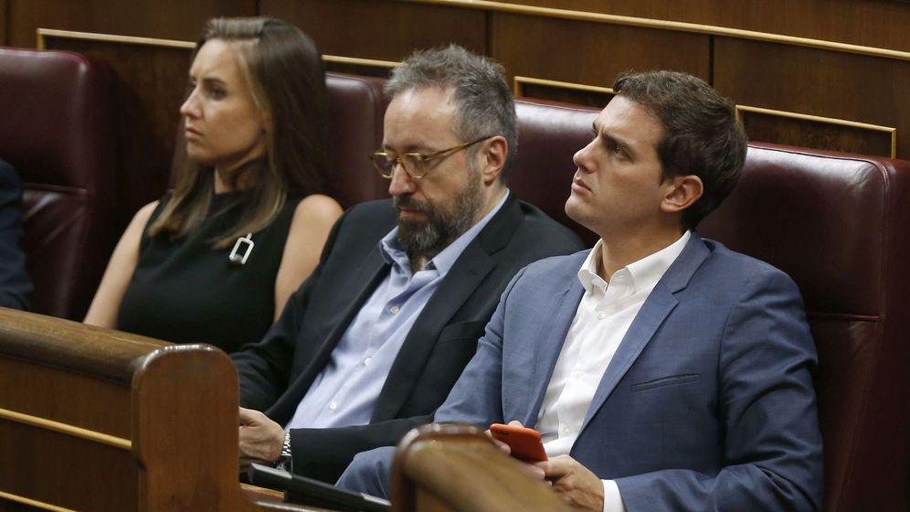 Foto: Los diputados de Ciudadanos Albert Rivera, Juan Carlos Girauta y Melisa Rodríguez, esta tarde durante el pleno del Congreso. (EFE)