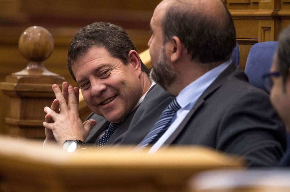 Foto: El presidente manchego, el socialista Emiliano García-Page, junto a su número dos, José Luis Martínez Guijarro, este 7 de abril en las Cortes regionales. (EFE)