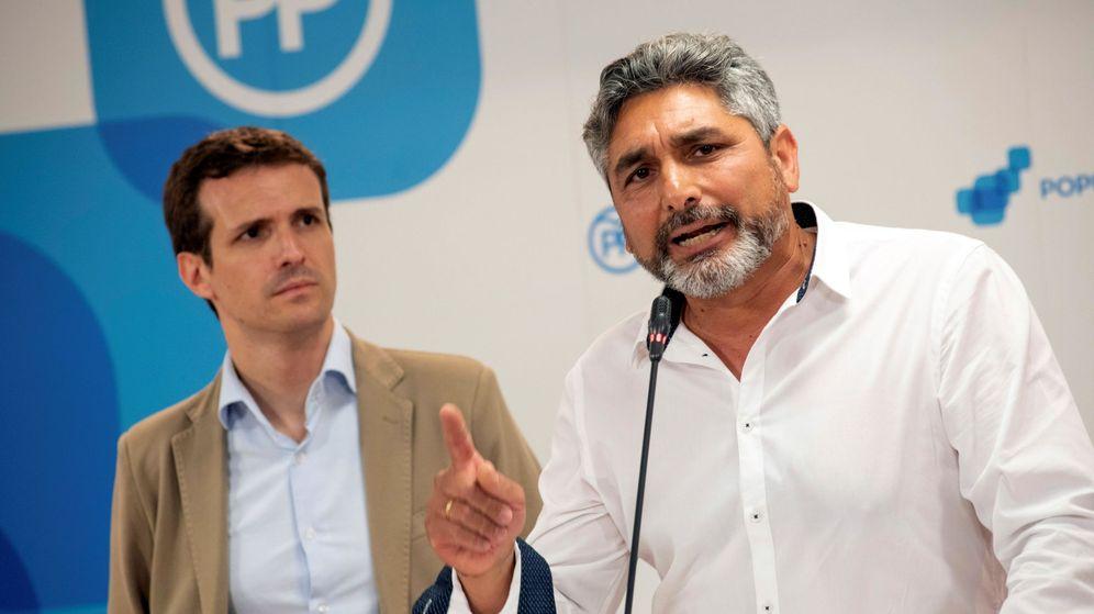 Foto: Pablo Casado, acompañado por Juan José Cortés. (EFE)