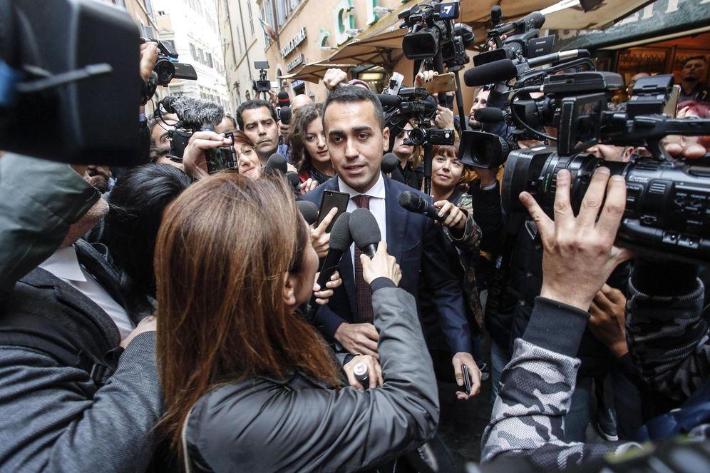 Foto: El líder del Movimiento 5 Estrellas (M5S), Luigi Di Magio (c), abandona la Cámara Baja del Parlamento en Roma, el 16 de mayo de 2018. (EFE)