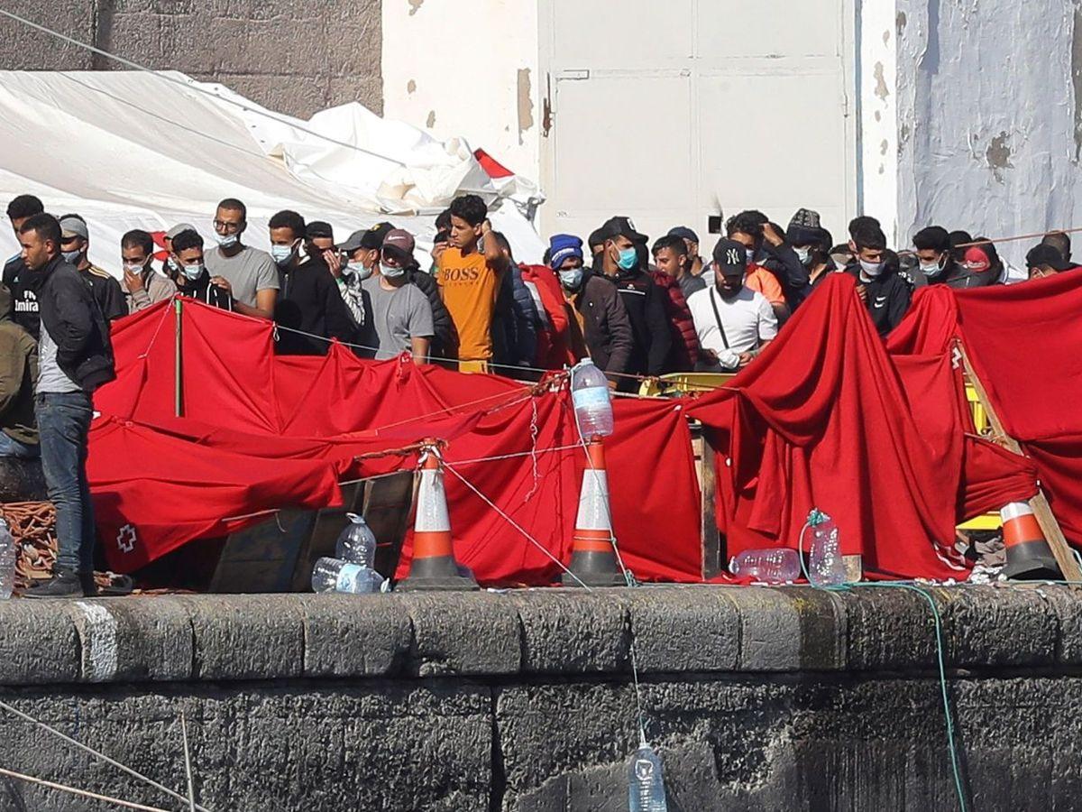 Foto: Inmigrantes magrebíes, el 19 de noviembre, en el muelle de Arguineguín. (EFE)