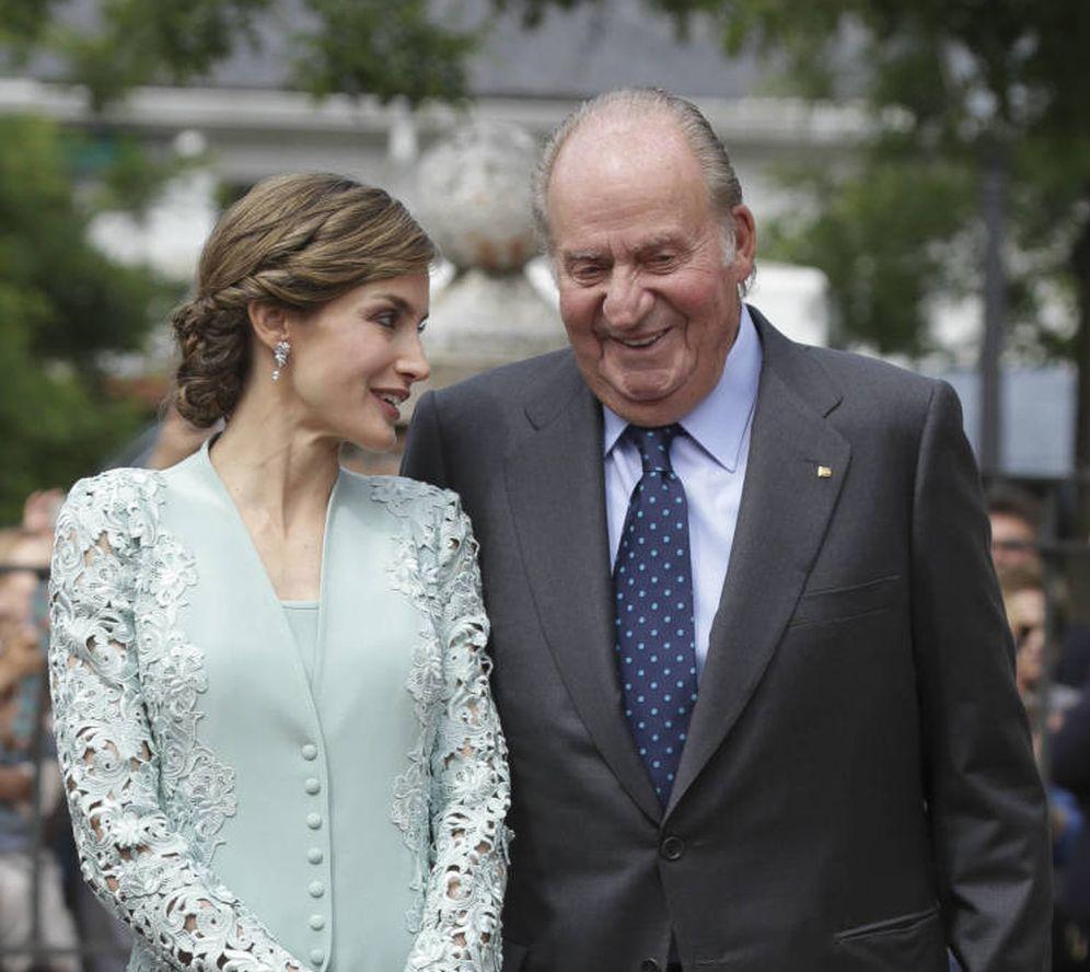 Foto: La reina Letizia y el monarca emérito. (Gtres)
