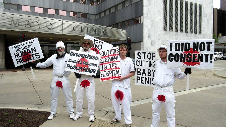 Protesta de los Hombres Manchados de Sangre. (Bloodstained Men / Flickr)