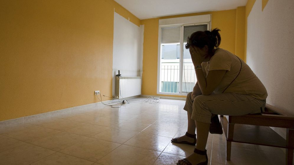 Foto: África, divorciada y con un hijo de 10 años, mientras esperaba que se hiciera efectivo el desahucio de su casa, finalmente suspendido, en 2011. (EFE)